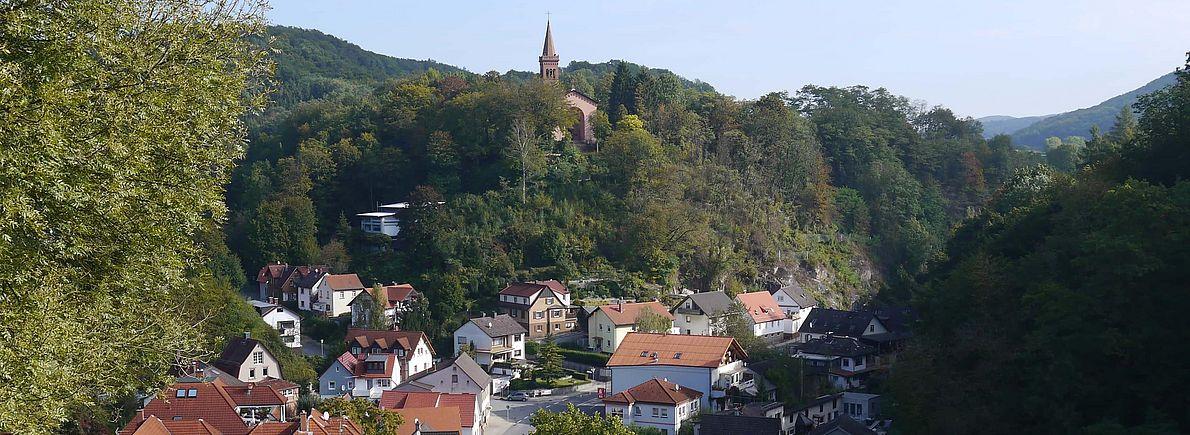 Dorf und evangelische Kirche